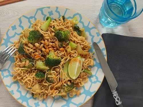 Pad Thai Vegan mit Brokkoli, Pak Choi und Erdnusssauce