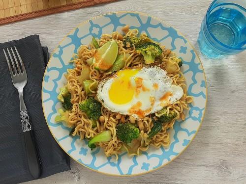 Pad Thai mit Brokkoli, Pak Choi, Erdnusssauce und Spiegeleier