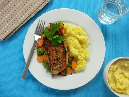 Pfeffriges Putenschnitzel mit Kartoffelpüree und Sellerie-Möhren-Gemüse