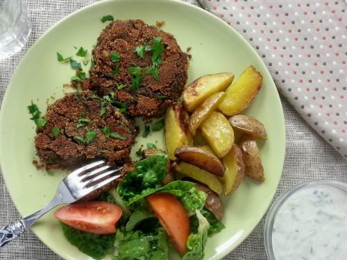 Pikante Champignonburger mit Tzatziki und Kartoffelwedges