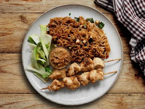 Thailändische Satayspieße mit Mie-Nudeln, Erdnussauce und Pak-Choi