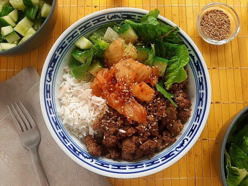 Schnelle Bulgogi-Bowl mit Vegan-Hack, Kimchi und Reis
