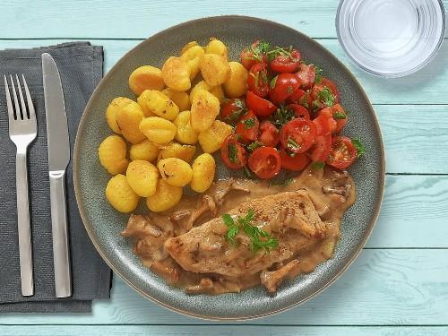 Schnitzel in Johannisbeer-Pfifferling-Sauce mit Gnocchi und Petersilientomaten