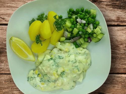 Fischfilet mit Eiersauce zu Salzkartoffel und Erbsensalat