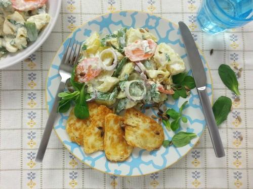 Kartoffelsalat mit Möhren und Zuckererbsen