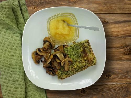 Ofenpfannkuchen mit Spinat zu thymiangebratenen Champignons & Apfelkompott