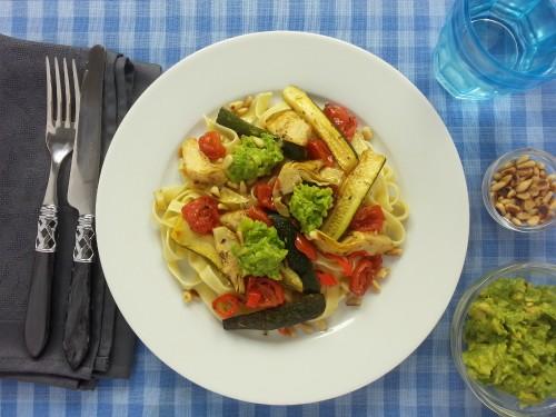 Tagliatelle und italienisches Ofengemüse mit Avocadocreme und Pinienkernen