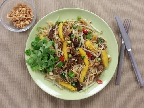 Thai-Reisnudelsalat mit Rinderstreifen, Mango und Erdnüssen