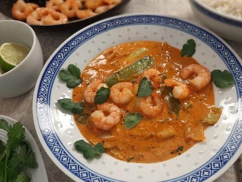 Rotes Thai-Curry mit Garnelen, Pak Choi und Zuckererbsen