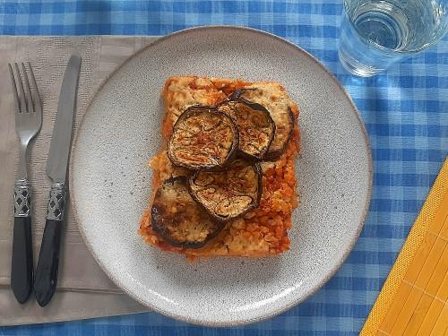 Vegetarische Moussaka mit Aubergine, Feta und roten Linsen