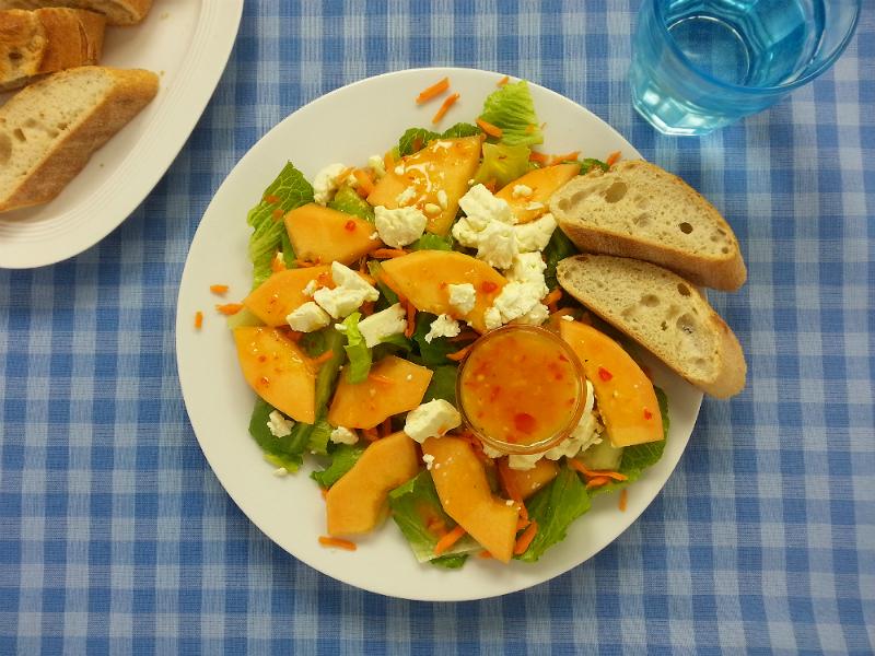 Melonen-Feta-Salat mit süß-scharfer Orangensauce