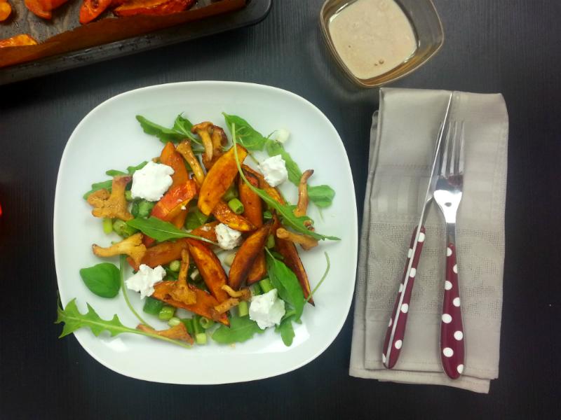 Warmer Herbstsalat mit Pfifferlingen, Kürbisspalten und Ziegenkäse